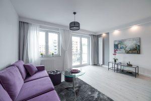 widok na pokój dzienny w dużym mieszkaniu